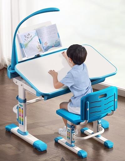 Detské nastaviteľné stoly a dobré osvetlenie pre pohodlnú prácu